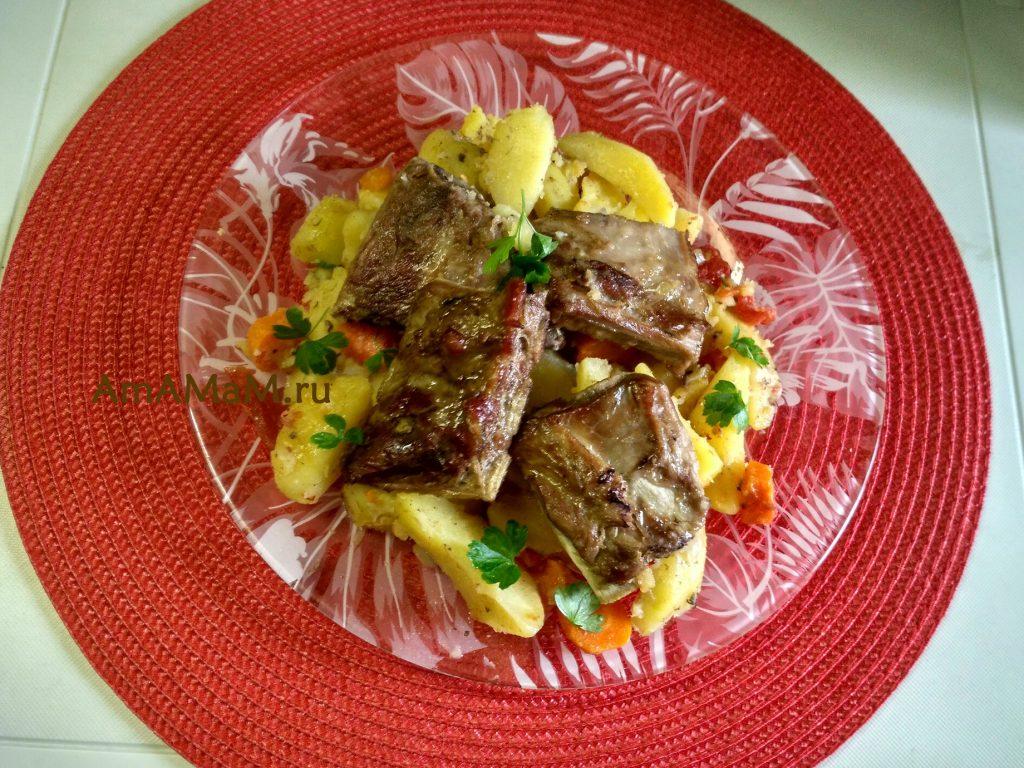 Свиные ребрышки с овощами (картофель, морковь, лук, помидоры)