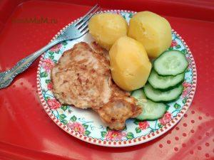 Обед из жареной свинины в тесте с гарниром из картофеля и огурцов