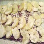 Овалянные в муке дольки яблок