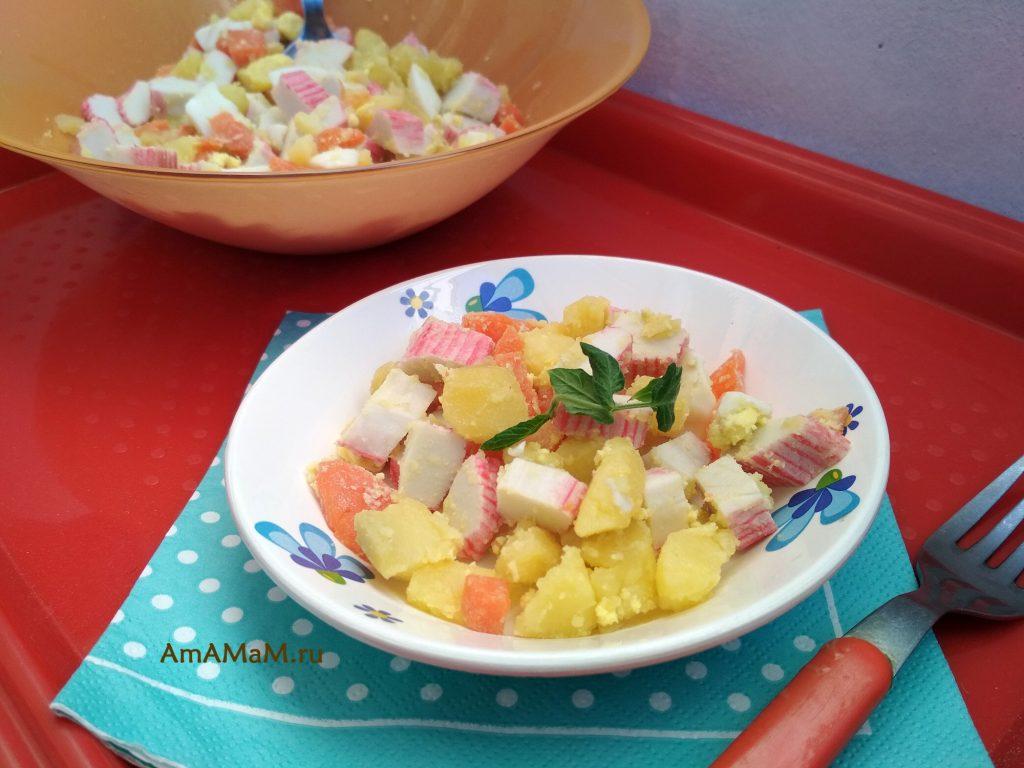 Салат из картофеля, моркови, яйца, огурца и крабовых палочек