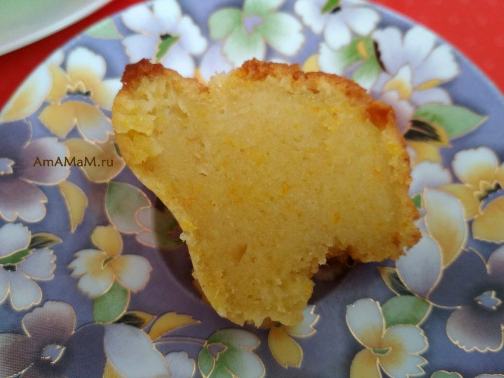 Кекс апельсиновый на тарелке