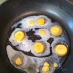 Глазунья из замороженного яйца в сковороде