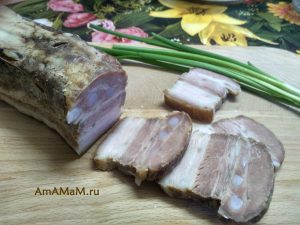 Грудинка свиная на разделочной доске
