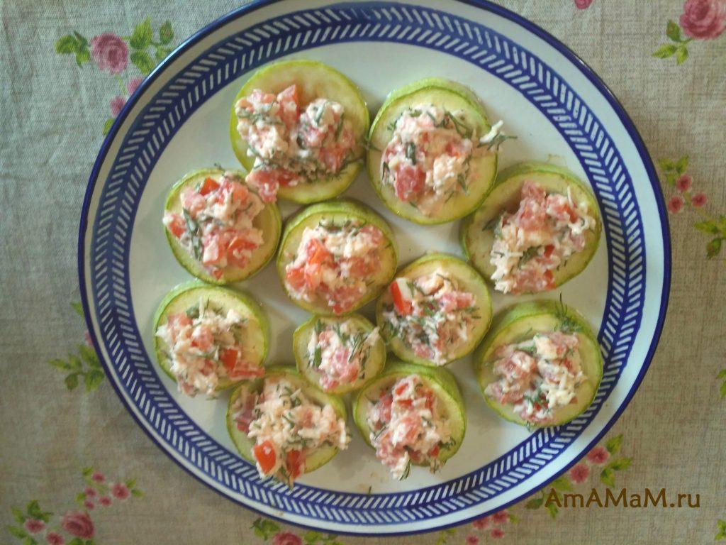 Простое блюдо из кабачков и салата из сыра с помидорами