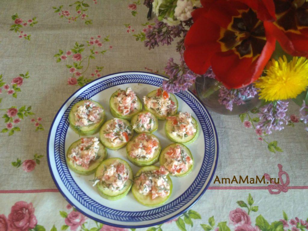 Закуска из печеных кабачков и сырного салата с помидорами