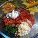 Овощи и сыр для салата к кабачкам