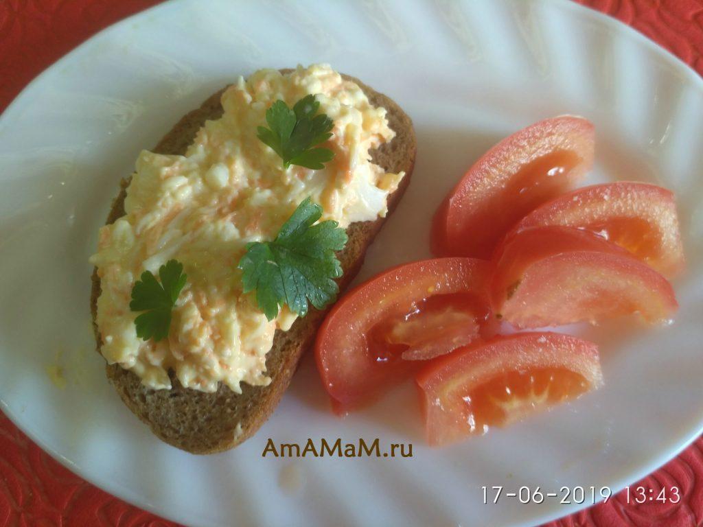 Еврейский салат с морковью на черном хлебе