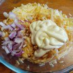 Процесс приготовления сырного салата Тройка плюс
