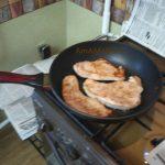 Стейки индейки в сковороде