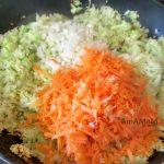 Капуста с морковкой и луком жарятся