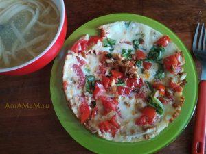 Грибной омлет с овощами и листьями салата