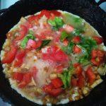 Приготовление омлета с грибами, помидорами и листовым салатов