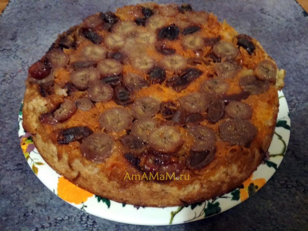 Пирог из простых продуктов с бананами, финиками и морковбю