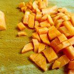 Морковь на разделочной доске кусочками для рагу