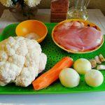Цветная капуста, грудка, морковь, лук, чеснок и специи для плова