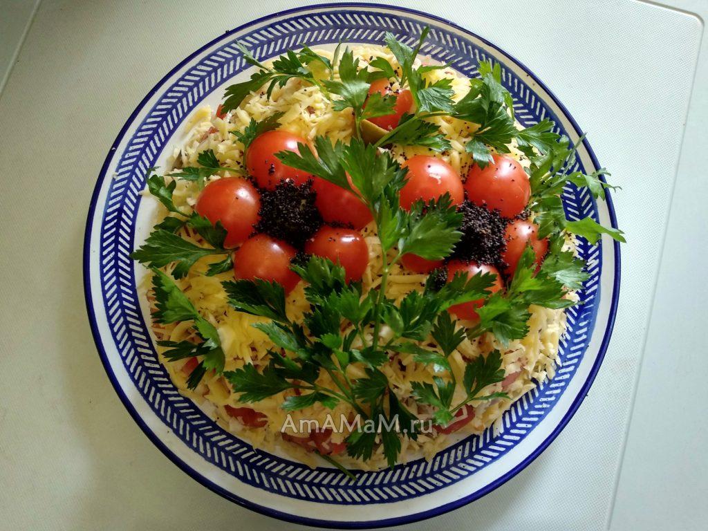 Салат куриный с грибами, оливками, сыром и помидорами