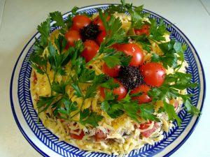 Фото и рецепт салата из грудки с грибами и оливками, украшенного маками из черри