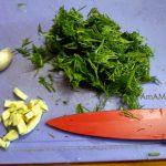 Укроп и чеснок на разделочной доске