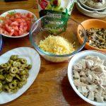 Из чего делают салат - ингредиенты нарезаны и подготовлены к сборке салата