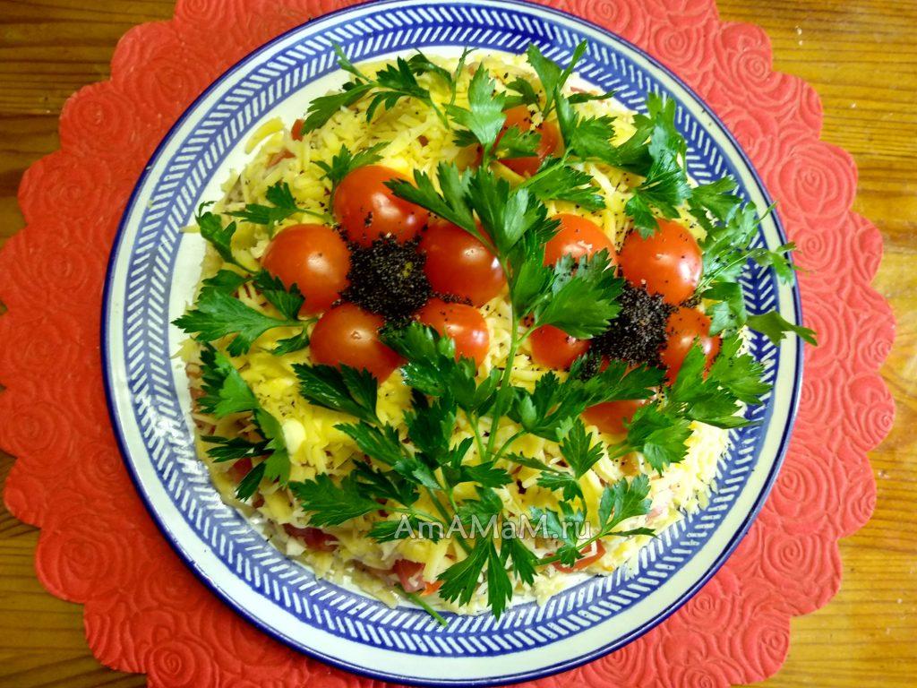 Готовый куриный салат с помидорами, сыром, оливками и жареными грибами (шампиньоны)