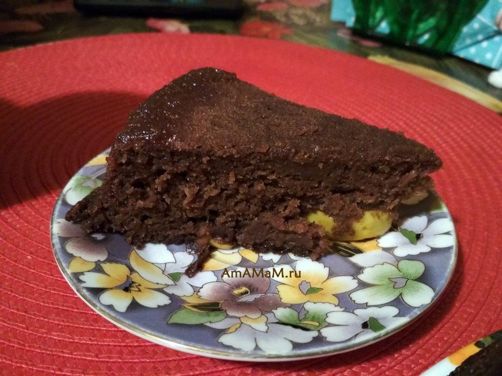 Яблочный шоколадный пирог - кусочек