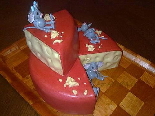 Торт в виде головки сыра, прогрызенной сышами