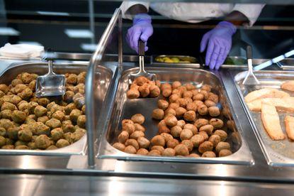 Как готовят мясные фрикадельки в магазине ИКЕА