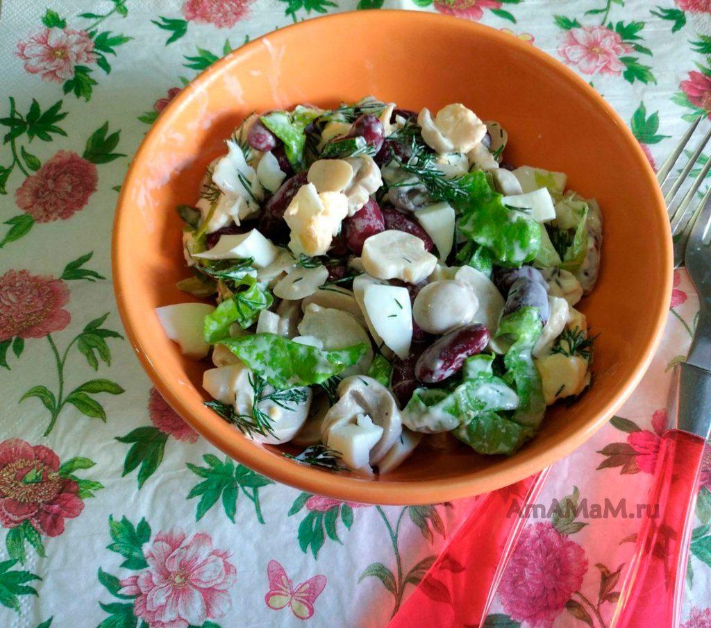 Фасолевый салат с грибами и яйцами