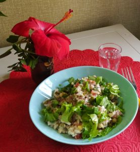ЧТо приготовить из консервированой сайры - рецепт салата с горошком и помидорами