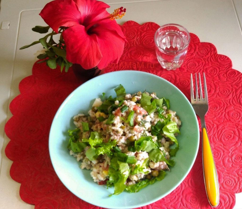 Рыбный салат из консервов, горошка, риса и помидоров