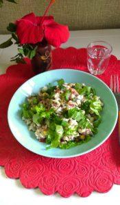Салат из консервированной рыбы с рисом, горошком и помидорами