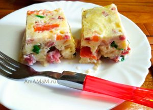 Запеканка из хлеба, яиц, колбасы и помидоров