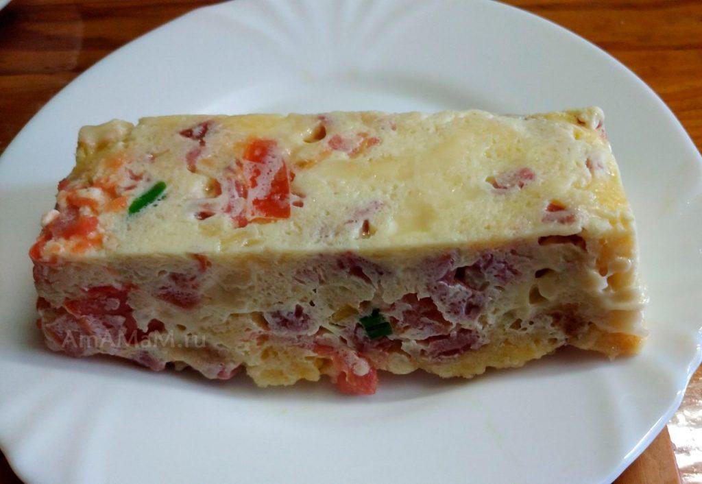 Запеканка из хлеба, яиц, колбасы и помидоров в микроволновке