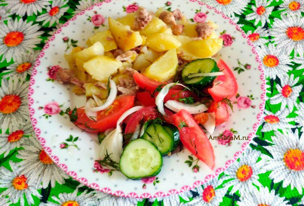 Салат из огурцов и помидоов в минеральной газированной воде с луком и чесноком - вкусно и просто