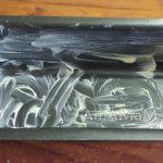 Прямоугольная металлическая форма для запекания смазана маслом