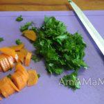 Морковь с петрушкой на разделочной доске