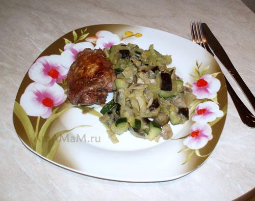 Приготовление курицы в красном вине с гарниром из грибов и овощей