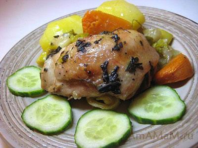 Тушеная в духовке курица с луком, чесноком, репой и фенхелем. Гарнир к курице - картошка и свежие огурцы