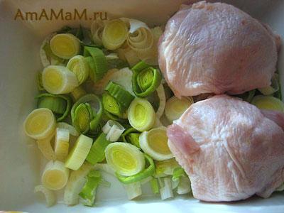 Запекаем бедрышки: на дно выложили лук и фенхель, посолили, потом выкладываем курицу