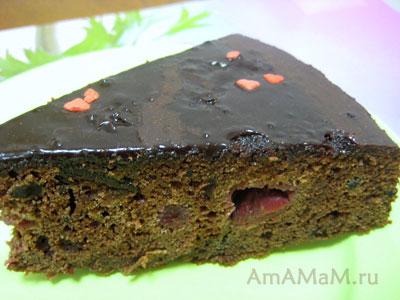 Кусочек очень вкусного шоколадного торта с вишнями