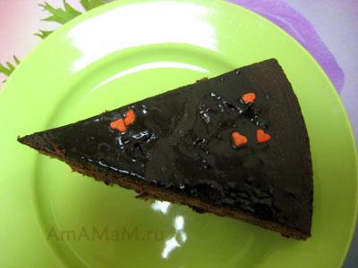 Кусочек очень вкусного вишневого шоколадного торта по-французски