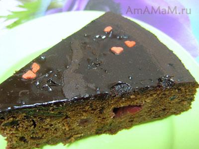 Кусочек очень вкусного шоколадного мужского торта с вишнями