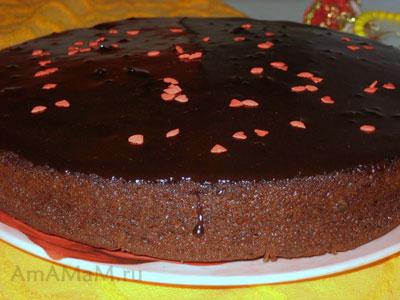 Готовый очень вкусный шоколадный бисквитный торт с вишнями и кусочками шоколада