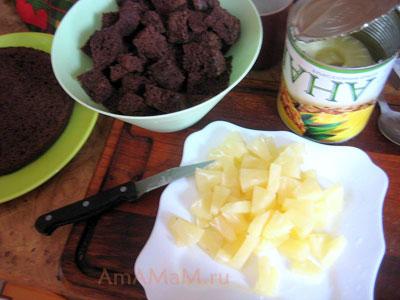 Бисквит и ананасы нарезаны на кусочки