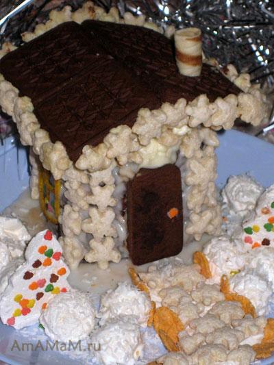 Елочки можно вырезать из зефира и украшать или двор Новогоднего домика