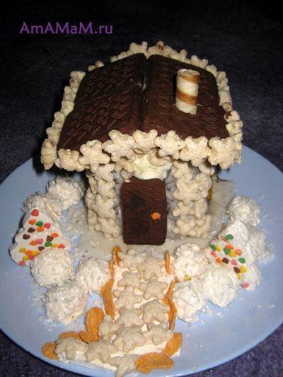 Готовый сказочный домик из торта с двориком и елочками