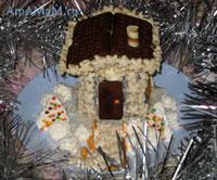 Очень вкусный новогодний тортик, приготовленный из торта-основы Шоколадная колбаска и кондитерских изделий