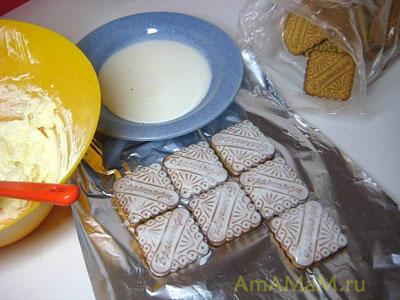 Смачиваем печенье в молоке или кефире и выкладываем первый слой для торта творожный домик
