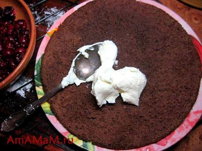 Смазывание шоколадных коржей кремом из творожного сыра Альметте