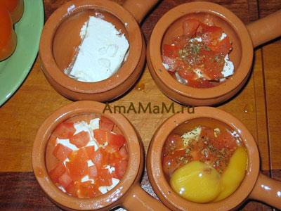 Этапы выкладывания ингредиентов в горшочек для запекания